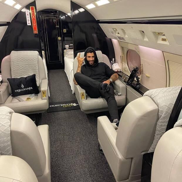 O cantor Gusttavo Lima, 31 anos, exibiu o interior de sua nova aeronave de luxo e mostrou tudo para seus seguidores do Instagram no fim da noite desse domingo (25). (Foto: Instagram)