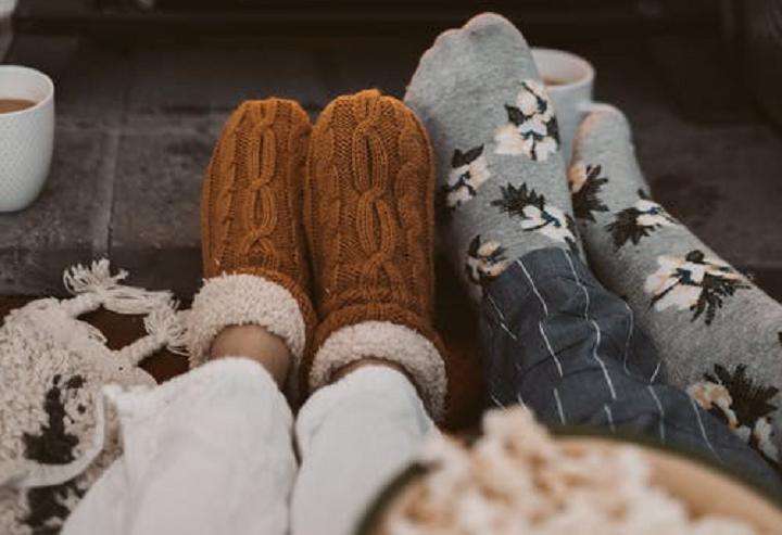 As meias também contam com opções térmicas, além das tradicionais feitas com materiais quentes, como as peluciadas e as de lã. (Foto: Pexels)
