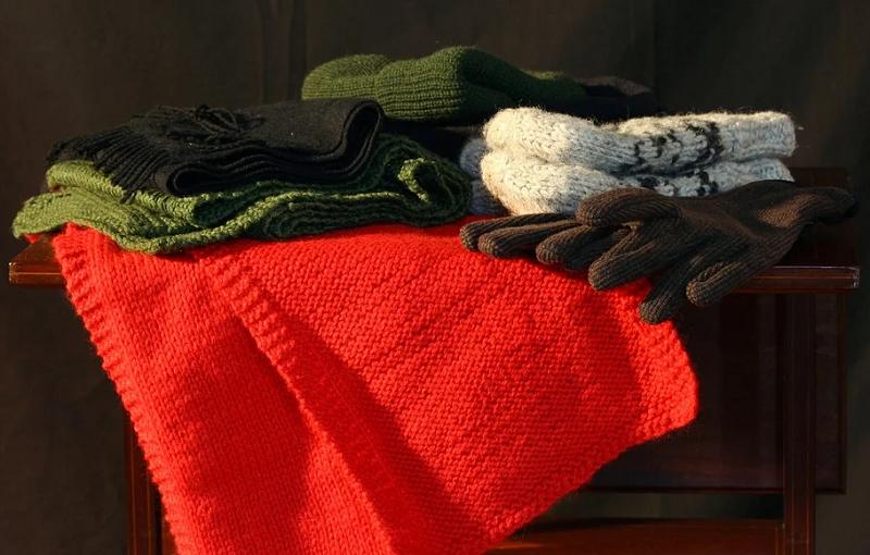 Uma bolsa térmica também ajuda a esquentar os pés a noite. Feche bem a bolsa térmica e coloque sobre os pés, por baixo das cobertas. (Foto: Pexels)