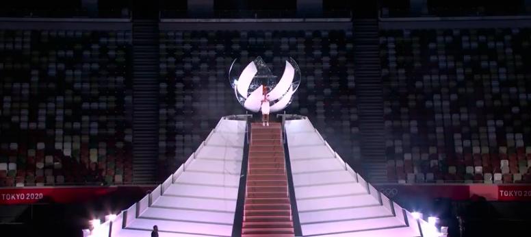 A tenista teve a honra e acender a pira olímpica. (Foto: TV Globo)