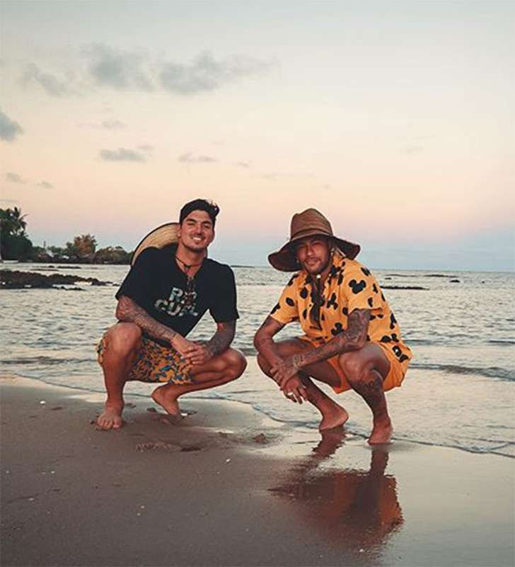 E por falar em Neymar, o jogador possui vários amigos famosos e anônimos - conhecidos como os parças -, e um dos mais próximos do craque é o surfista Gabriel Medina. (Foto: Instagram)