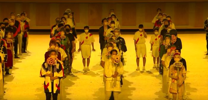 Próximo da pira olímpica haviam diversas pessoas com máscara. (Foto: TV Globo)