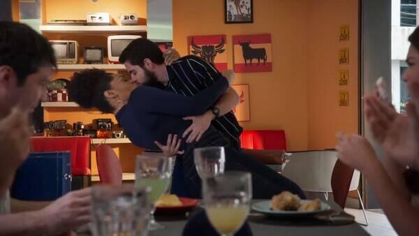 Os personagens dos dois atores, Renatinha e Catatau, protagonizaram o primeiro beijo de um homem trans na televisão aberta (Foto: Instagram)