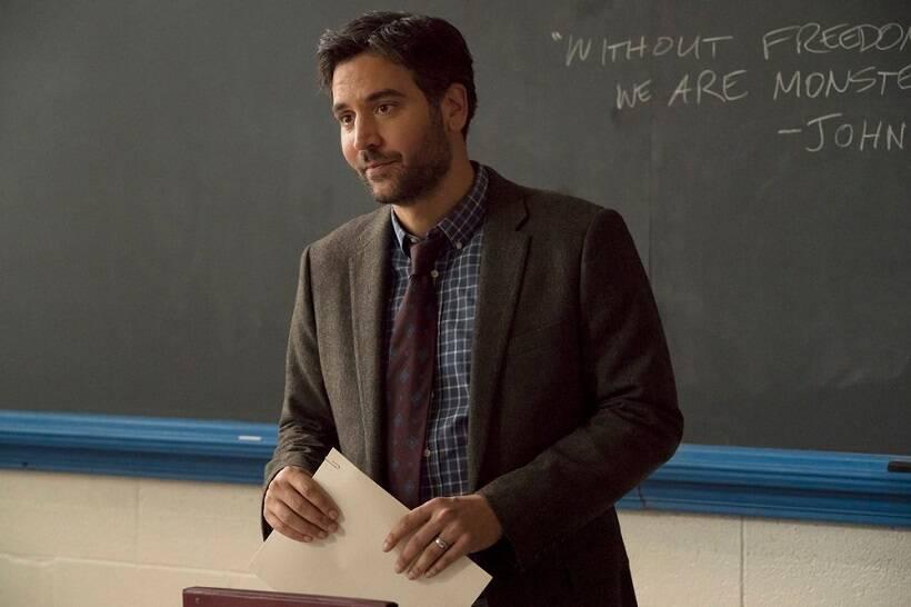 """""""Rise"""", 1 temporada - Josh Radnor dá vida a Lou Mazzuchelli, um professor apaixonado pelo que faz e dedicado ao departamento de teatro de uma escola. (Foto: Divulgação)"""