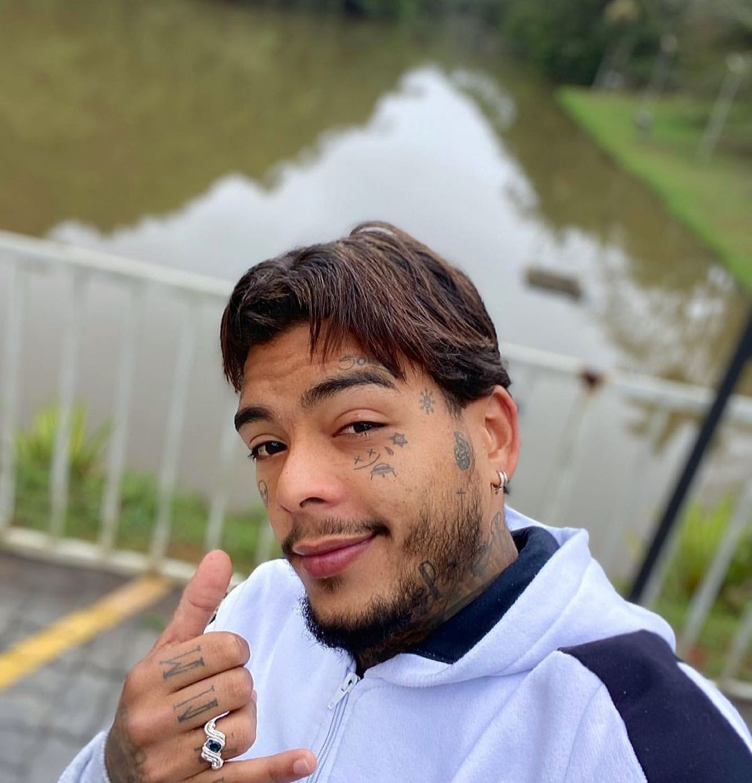 Segundo ele, Jhonatas entrou no quarto, porque queria participar do ato, com a modelo. Mas de acordo com ele, Kevin teria o expulsado do quarto (Foto: Instagram)