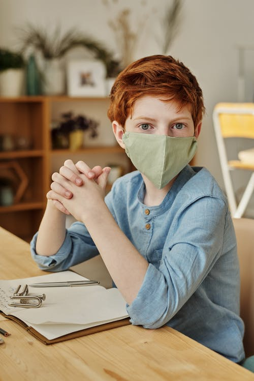 O diretor recomenda que tanto os estudantes do jardim de infância até 12ª série, tanto os professores e visitantes, façam o uso da máscara (Foto: Pexels)