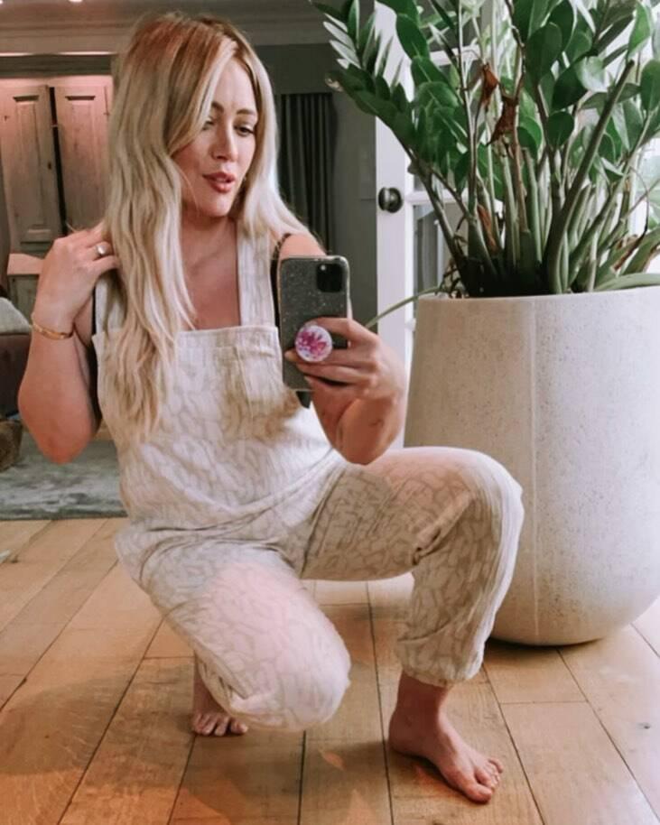Hillary Duff chocou seus fãs com uma escolha ousada no cabelo (Foto: Instagram)