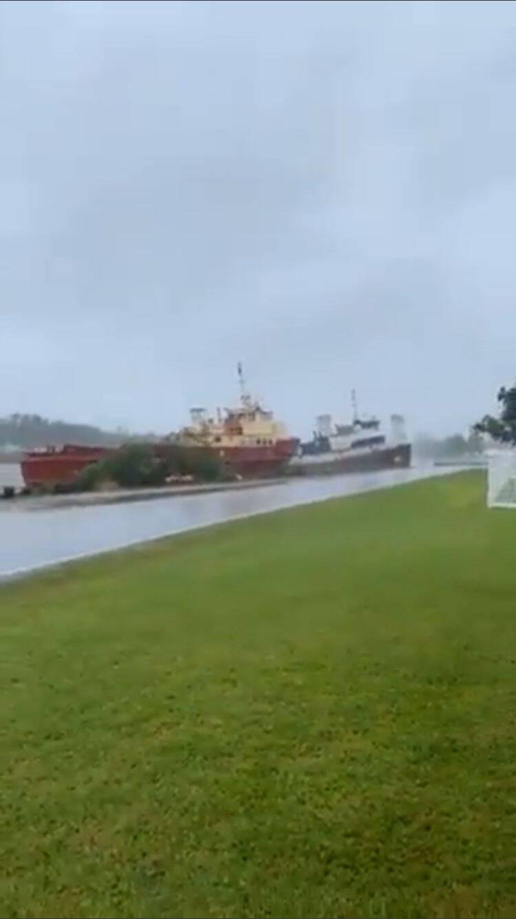 Em St. Rose, duas embarcações chegaram a colidir com a força do vento. (Foto: Twitter)