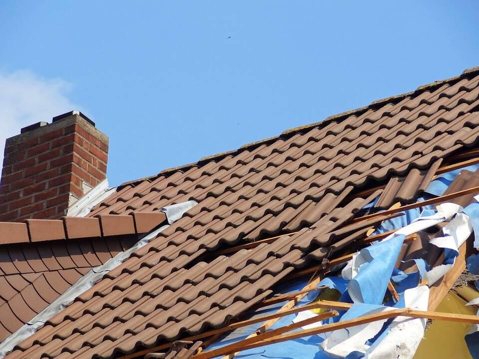 Telhados de diversas casas foram danificados. (Foto: Pixabay)