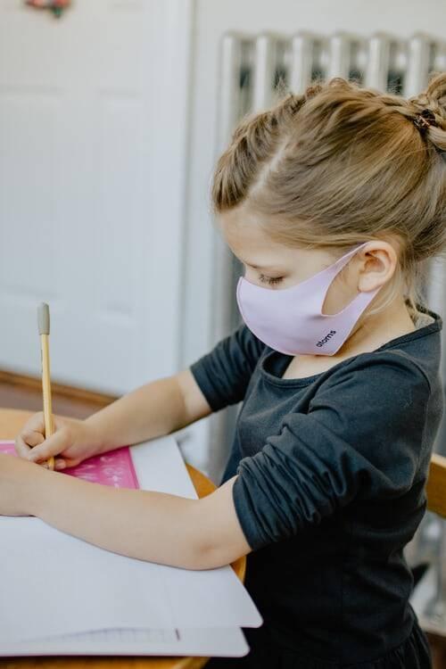 A decisão de não utilizar máscaras é preocupante, pois crianças assintomáticas podem transmitir o coronavírus (Foto: Unsplash)