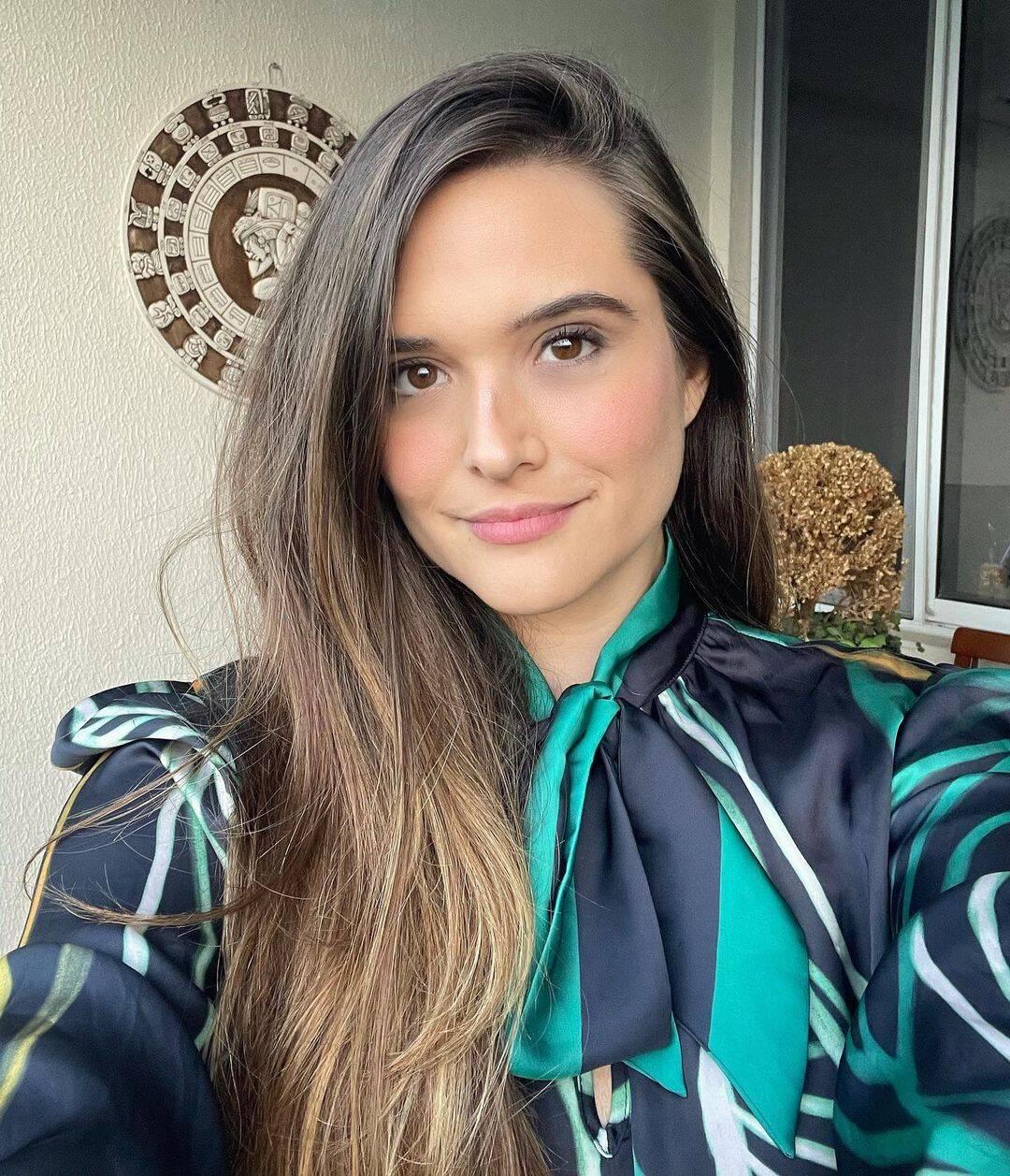 """Após terminei as gravações de """"Salve-se Quem Puder"""", Juliana Paiva resolveu desfazer o vínculo com sua personagem mudando seu visual. (Foto: Instagram)"""