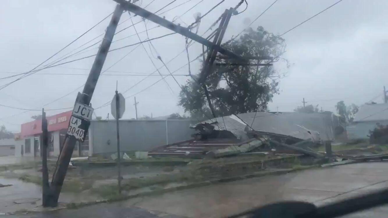 Imagens mostram um telhado que foi lançado pelo vento e atingiu um poste de energia. (Foto: Reprodução/Twitter)