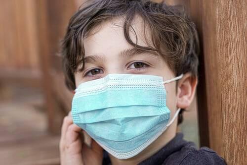 A máscara é um dos únicos meios que podem trazer proteção aos pequenos, visto que a vacina só está disponível para maiores de 12 anos (Foto: Unsplash)