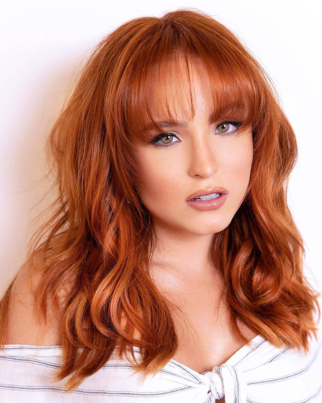 Com os cabelos na altura do ombro, Larissa fez uma extensão capilar e resolveu dar adeus aos fios curtinhos. A atriz agora aparece com os cabelos longos, acompanhado de uma franjinha. (Foto: Instagram)