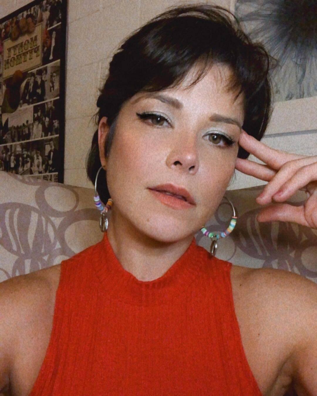 A atriz que tinha radicalizado o cabelo com tons de cinza no início do ano, voltou a ser morena e deixou as madeixas mais curtinhas. (Foto: Instagram)