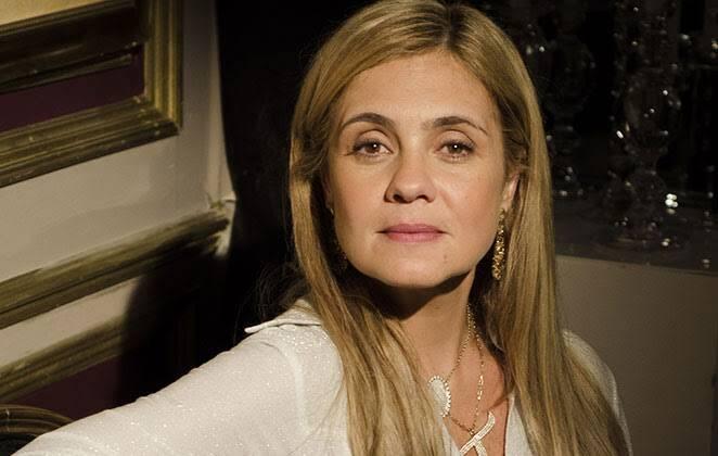 Aos 51 anos e com uma carreira totalmente consolidada, Adriana Esteves, garantiu mais quatro anos de permanência na TV Globo. (Foto: TV Globo)