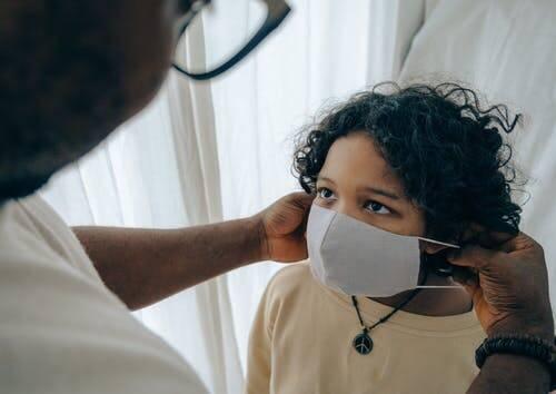 Muitos pais não querem vacinar seus filhos, mas a vacinação ajuda a prevenir o surgimento de novas variantes ainda mais agressivas (Foto: Pexels)