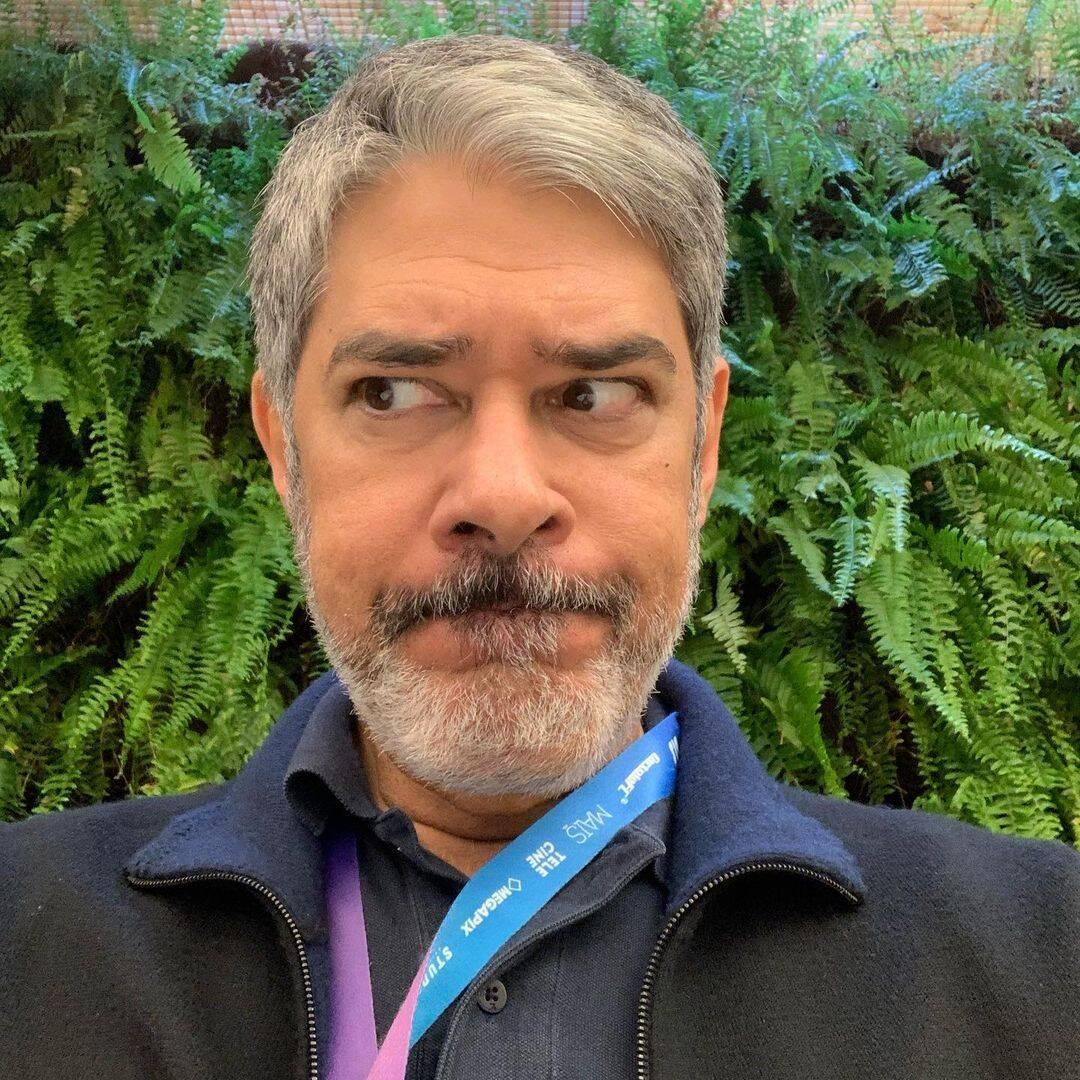 Após muitas especulações de uma possível saída, William Bonner, o jornalista veterano da Rede Globo, renovou seu contrato e continuará no comando do Jornal Nacional. (Foto: Instagram)