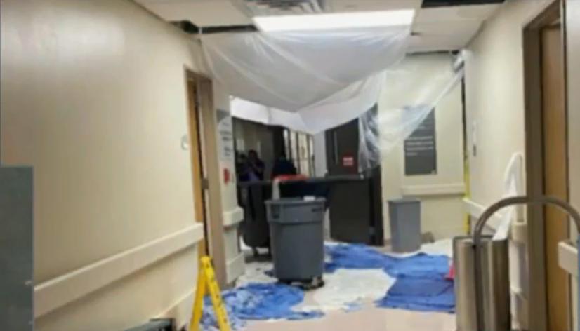 Parte do telhado do hospital Ochsner Kenner foi arrancado, enquanto os funcionários se abrigavam no corredor. (Foto: Reprodução/Twitter)
