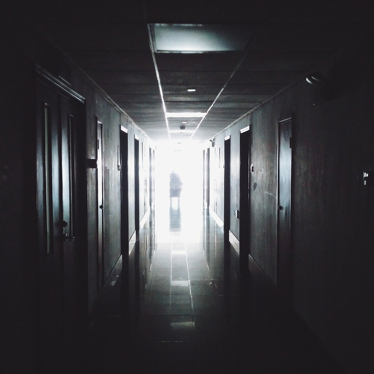 De acordo com o portal Nola, um gerador de energia da UTI do Hospital Regional Thibodaux na Paróquia de Lafourche, falhou durante a passagem do IDA. Os profissionais da saúde tiveram que se esforçar para conseguir manter os pacientes respirando até movê-los para outro espaço. (Foto: Pixabay)
