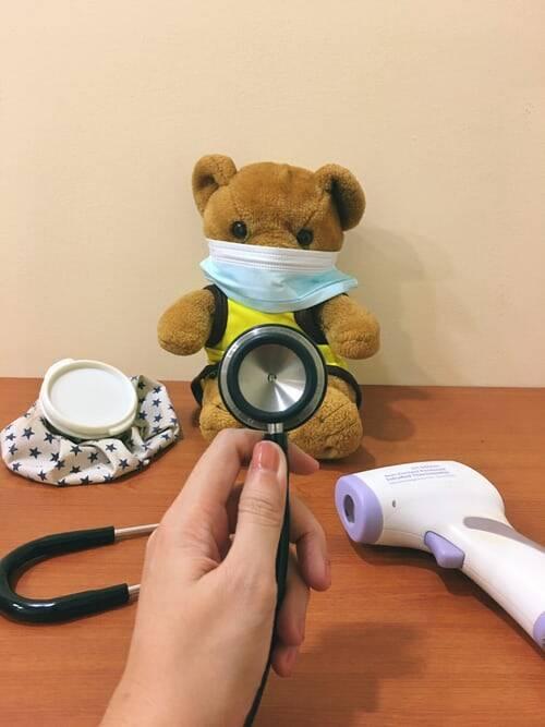 Enquanto a vacina para as crianças ainda não está disponível, existem alguns cuidados que podem ajudar na prevenção (Foto: Unsplash)