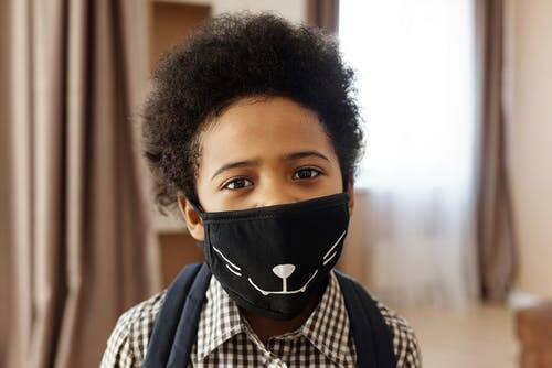 As crianças que possuem idade a partir de dois anos já conseguem tolerar o uso da máscara, por tanto devem utilizá-la (Foto: Pexels)