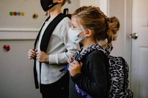 Ainda que seja mais difícil, devido a volta as aulas, é necessário que as crianças mantenham o distanciamento social, evitando aglomerações (Foto: Unsplash)