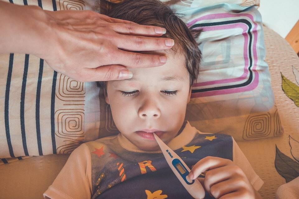 Tendo em vista que os sintomas do Covid-19 se assemelham ao da gripe, se a criança apresentar, tosse, febre e dor no corpo é importante não levá-lo a escola, e se os sintomas persistirem, procurar orientação médica (Foto: Pixabay)