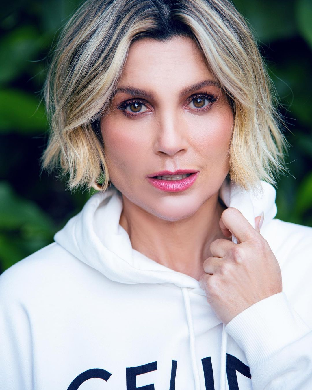 Flávia Alessandra, estreou na Globo aos 15 anos, e ainda hoje segue sendo uma das grandes estrelas da emissora. A atriz teve seu contratado renovado até 2025. (Foto: Instagram)