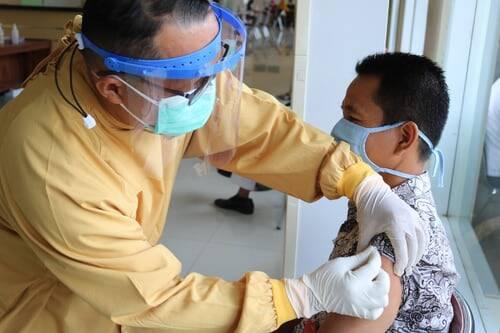 Indiretamente, ao se vacinar, o adulto também está protegendo as crianças, sendo assim, é importante que todos as pessoas da família completem o ciclo de imunização (Foto: Unsplash)