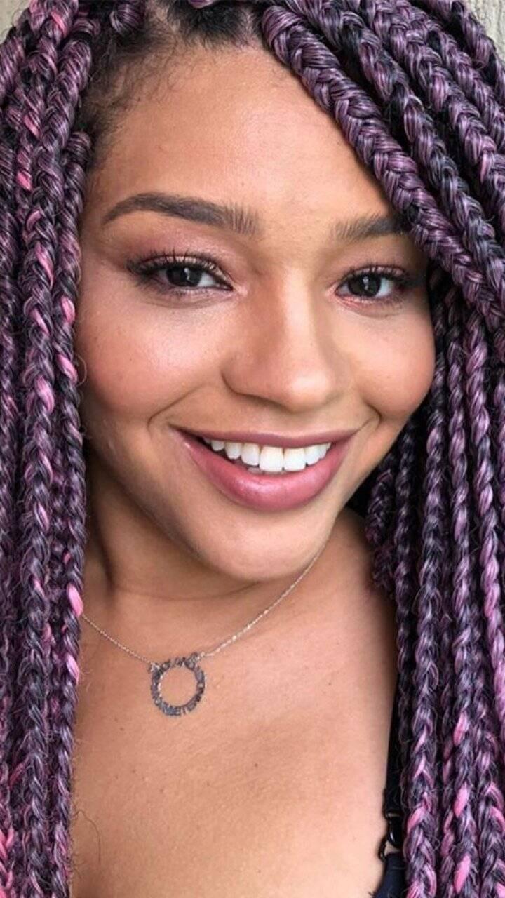 A atriz colocou tranças roxas (Foto: Instagram)
