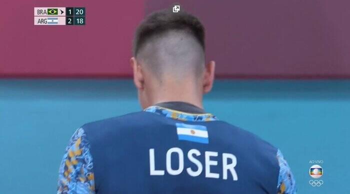O Brasil levou vitória no jogo de vôlei contra a Argentina, sua maior rival. E isso virou motivo de piada entre os internautas, que notaram que o nome de um dos atletas adversários era 'Loser', ou seja, perdedor em português (Foto: Globo)