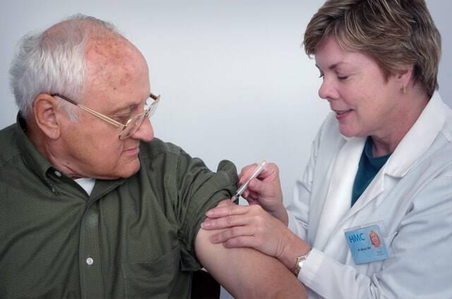 Alguns munícipios irão começar a vacinar idosos e pessoas imunossuprimidas a partir de setembro (Foto: Unsplash)