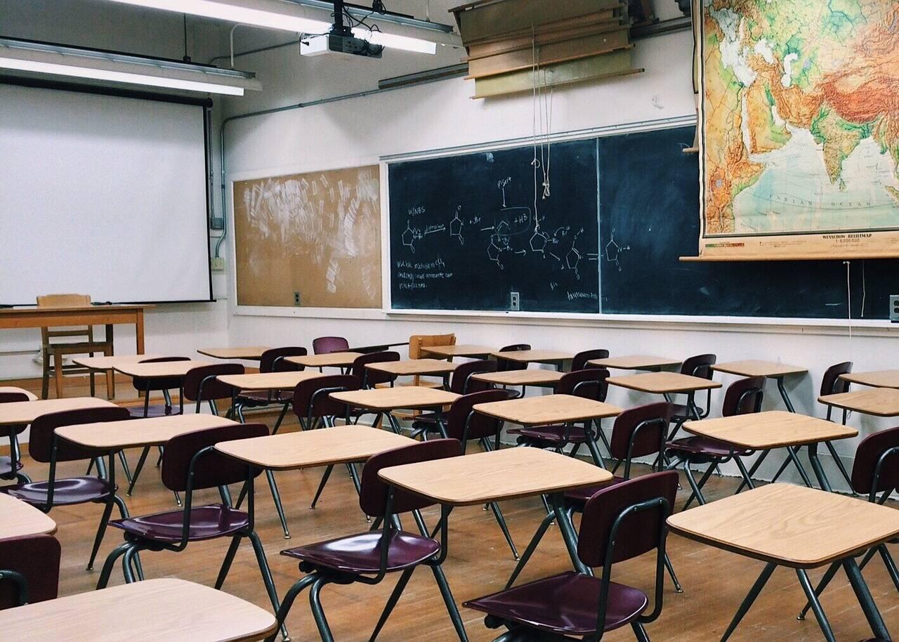 Nas escolas, as distâncias entre os alunos passam a ser um metro (Foto: Pixabay)