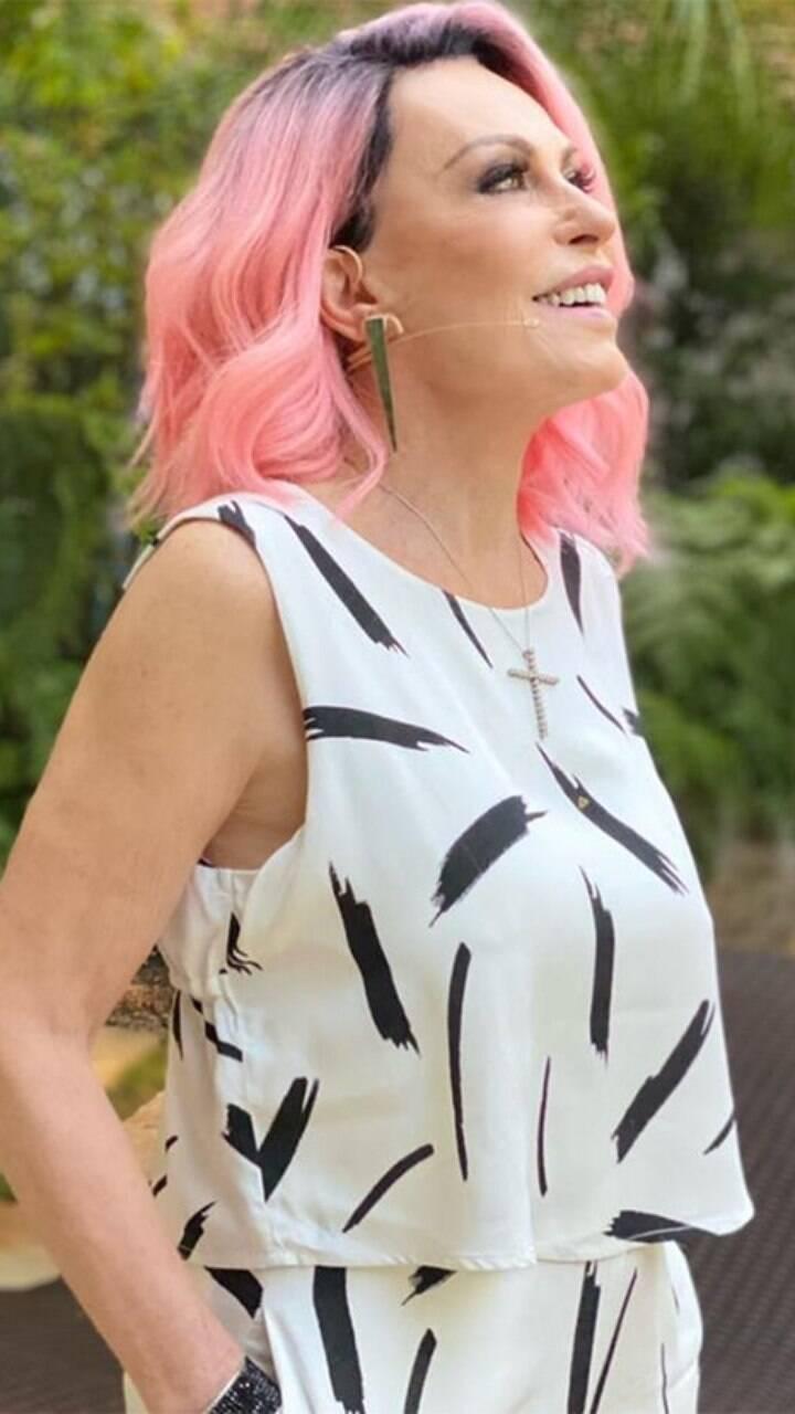 A apresentadora no começo da pandemia, aparecia cada programa com um estilo diferente, com o cabelo azul ou rosa (Foto: Globo)