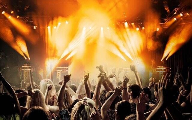 Os shows com público em pé, e pistas de dança seguem proibidos (Foto: Pixabay)
