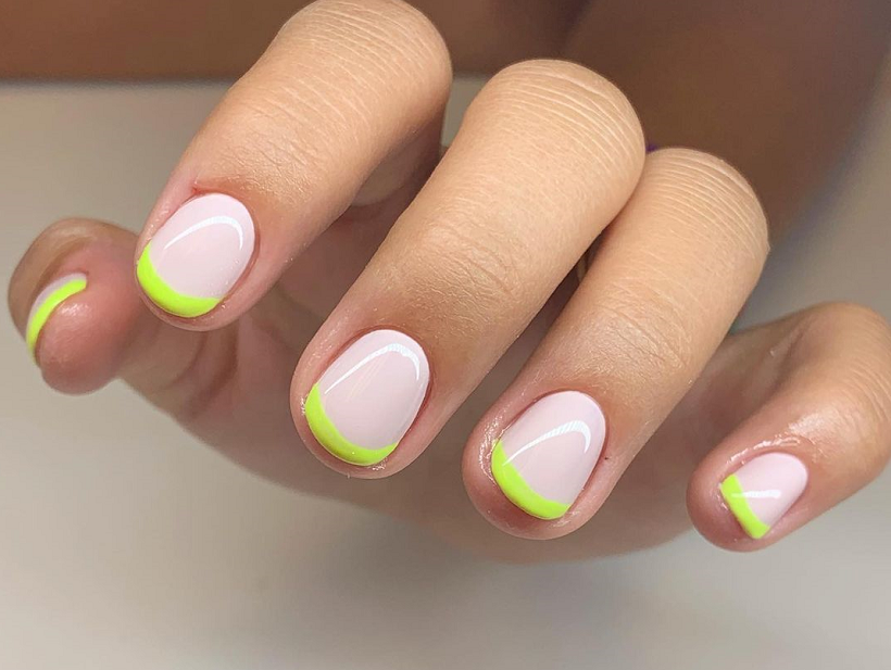 Com a ajuda de uma esponja ou fita adesiva, faça francesinhas coloridas e arrase! (Foto: Instagram)
