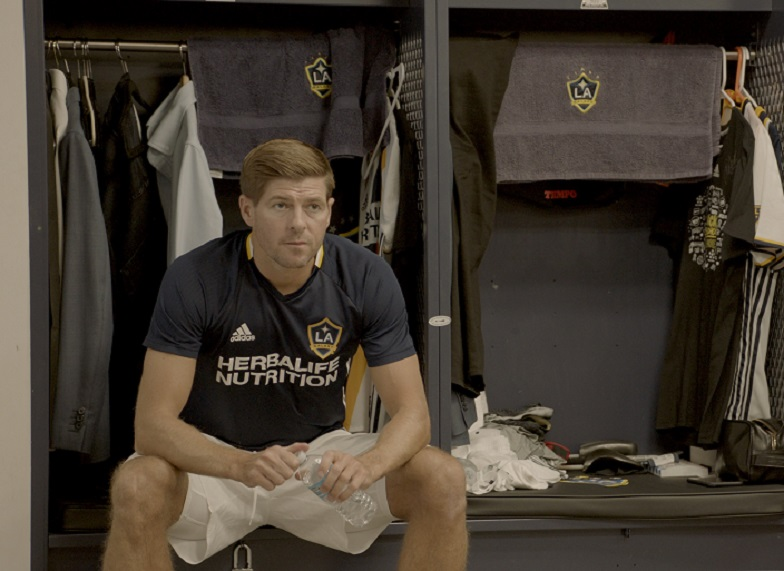 """""""Make Us Dream"""" - O documentário conta a história de Steven Gerrard, o maior jogador da história do Liverpool FC. A produção acompanha a trajetória do atleta que ajudou a colocar o time de volta ao topo. Disponível na Prime Video. (Foto: Divulgação)"""