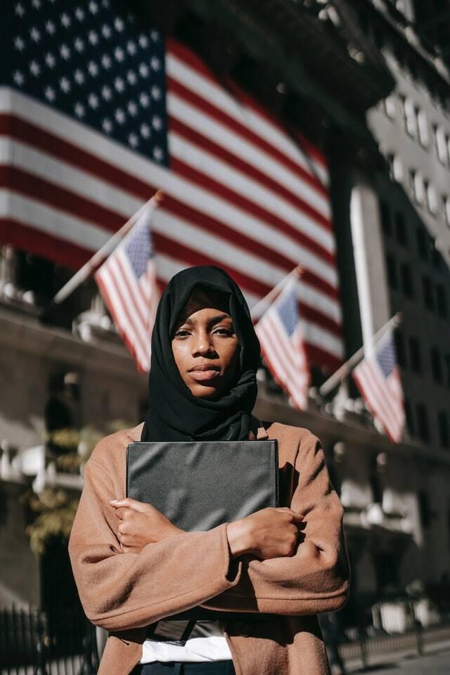Com o discurso de autonomia e pelo fim da ocupação dos Estados Unidos no pais, foi fortalecido o retorno do grupo ao poder (Foto: Pexels)