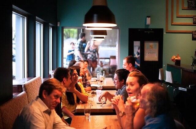 A distância entre as mesas segue sendo de dois metros com ocupação de até 6 pessoas (Foto: Pixabay)