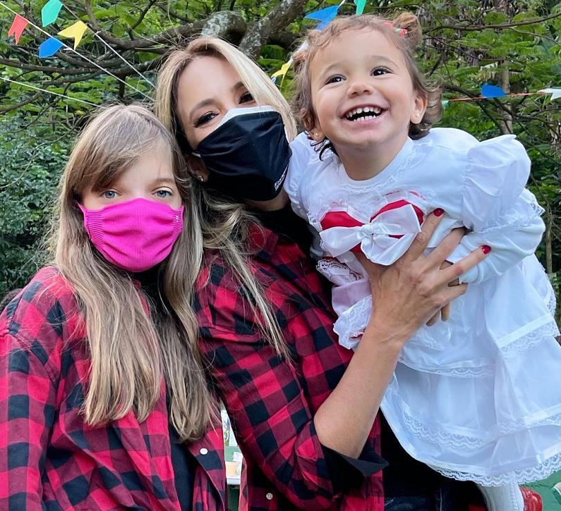 Ticiane Pinheiro e as filhas, Rafaella e Manuella (Foto: Instagram)