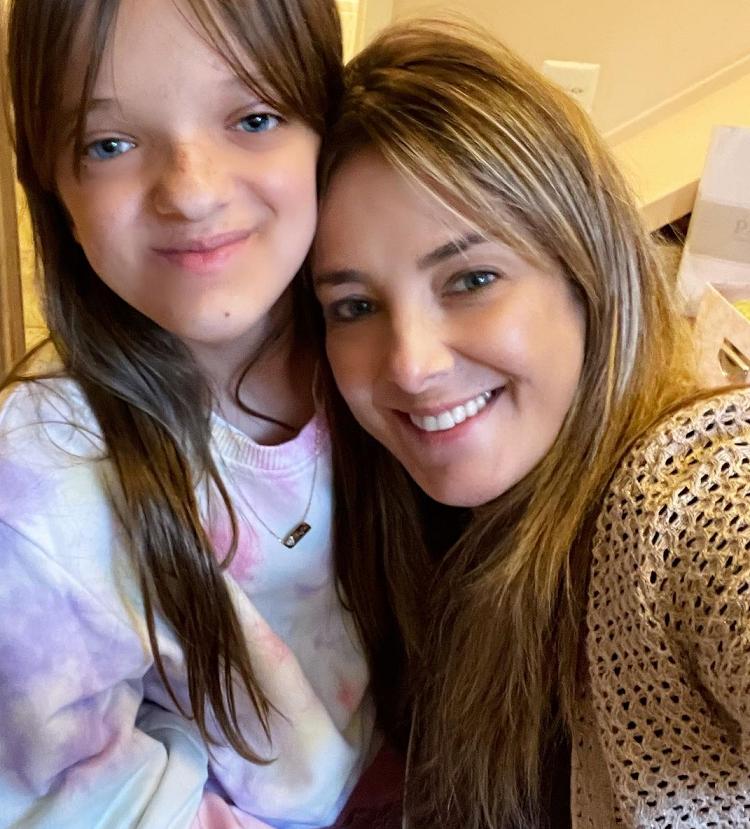 A famosa compartilhou uma foto com a primogênita e ressaltou como ela está crescendo. (Foto: Instagram)