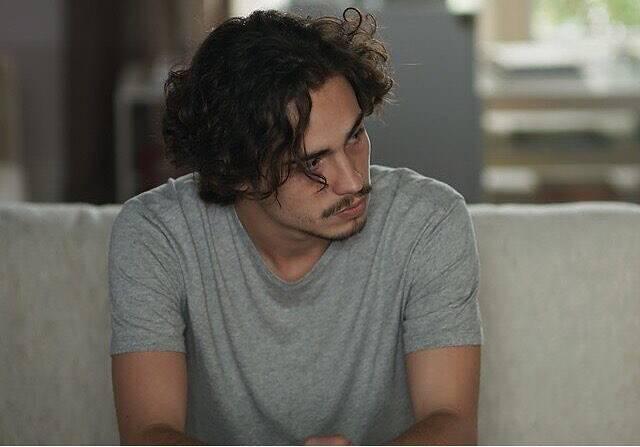 Danilo Mesquita adotou os fios longos para interpretar o baixista Nicolau na novela Rock Story. (Foto: Instagram)