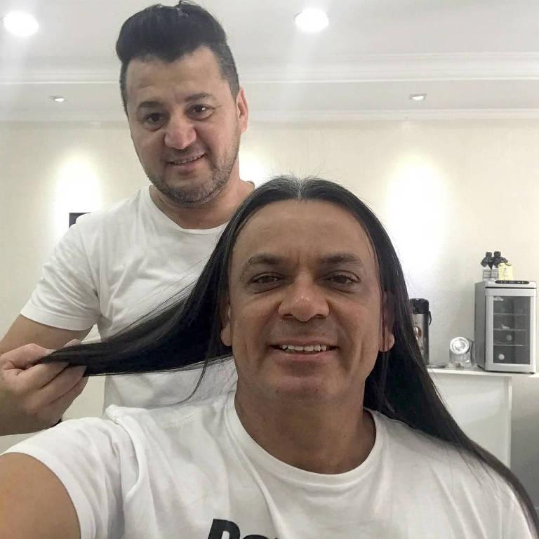Mesmo quando já estava liberado para passar a tesoura nos fios, o cantor afirmou que não se sentia preparado, já que o cabelo longo já era sua marca. (Foto: Instagram)