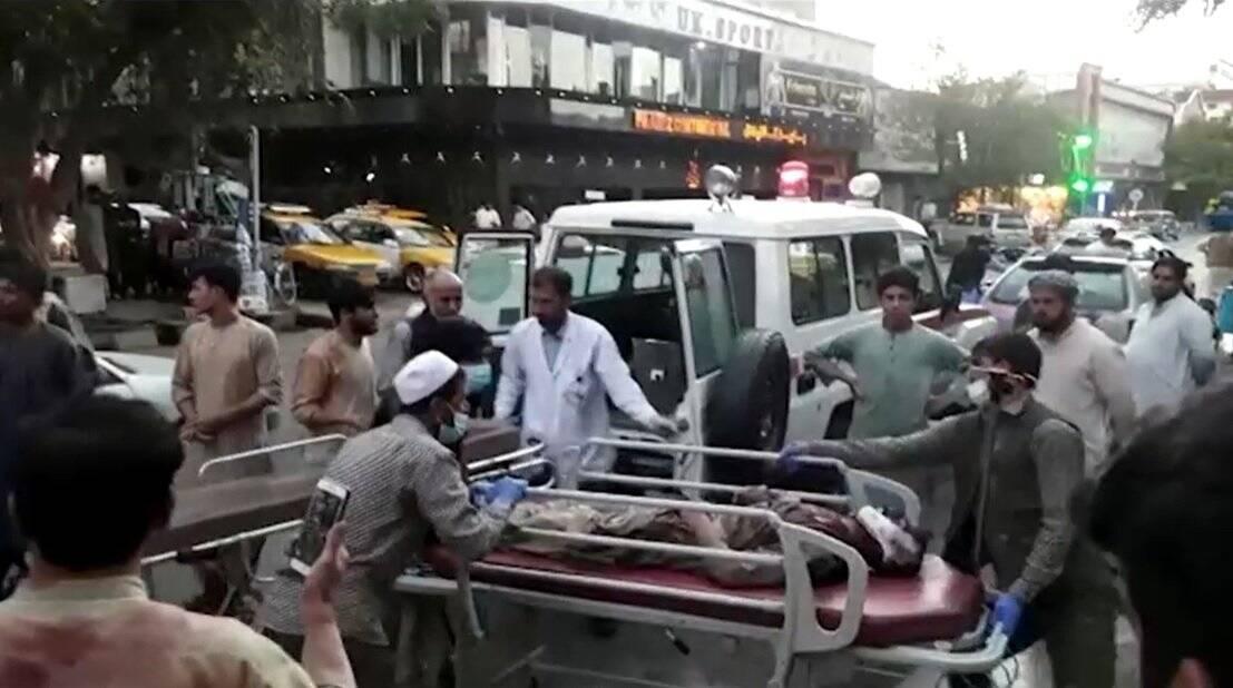 A explosão foi feita do lado de fora de um dos três portões do local, deixando 180 mortos e 150 feridos. Dentre as vítimas, estavam 13 militares americanos. (Foto: Twitter)