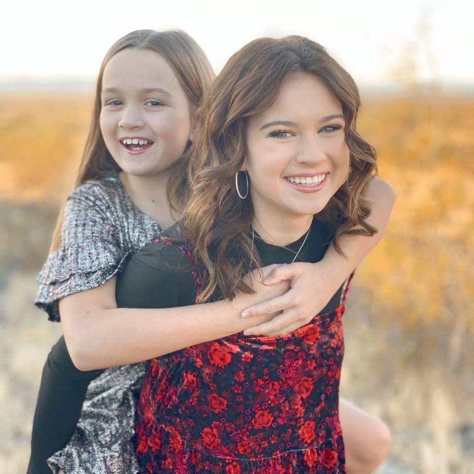 Ela e a irmã, Lily, cresceram muito rápido, né? (Foto: Facebook)