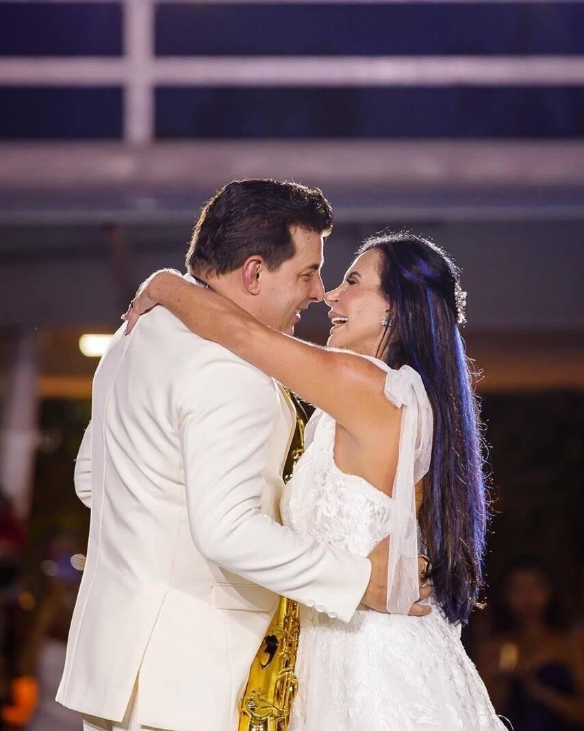 """A """"Rainha do Rebolado"""" teve aproximadamente 17 ex-maridos, entretanto subiu ao altar apenas cinco vezes. Atualmente, ela está casada com saxofonista Esdras de Souza. (Foto: Instagram)"""