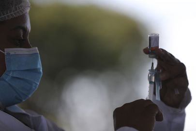 Se encaixam nos grupos dos imunossuprimidos pessoas que vivem com HIV, com câncer, que realizaram transplantes e outros que possam estar com o sistema imune fragilizado. (Foto: Agência Brasil)