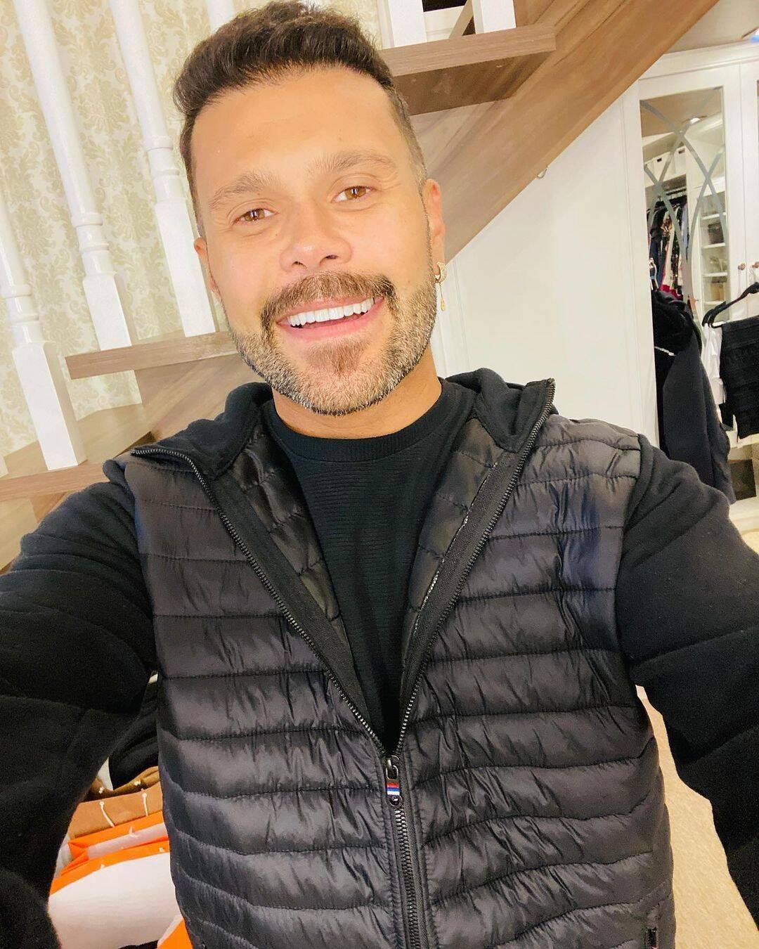 O cantor fez um transplante capilar para aumentar o volume do cabelo e também preencher com os fios as áreas de calvície. (Foto: Instagram)