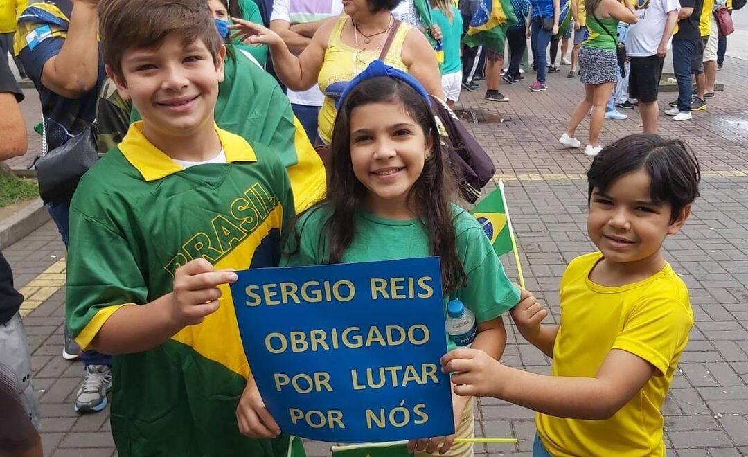O cantor e ex-deputado federal Sérgio Reis comemorou as manifestações. O artista postou uma foto de duas crianças segurando um cartaz durante os atos e afirmou que elas são o futuro do Brasil. (Foto: Instagram)